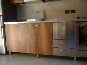 Cucina inox con finitura in legno